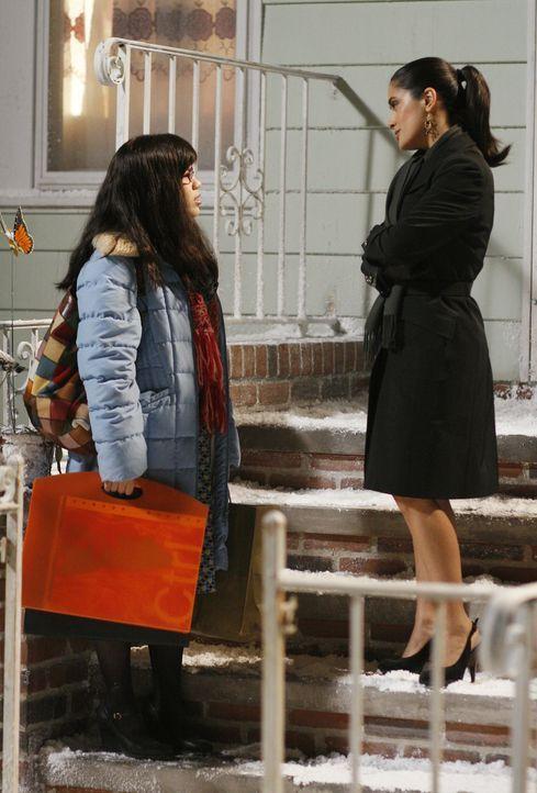 Sofia (Salma Hayek, r.) hat bemerkt, dass Betty (America Ferrera, l.) ihren Job sehr gut macht und bietet ihr deshalb eine Stelle an ... - Bildquelle: Buena Vista International Television