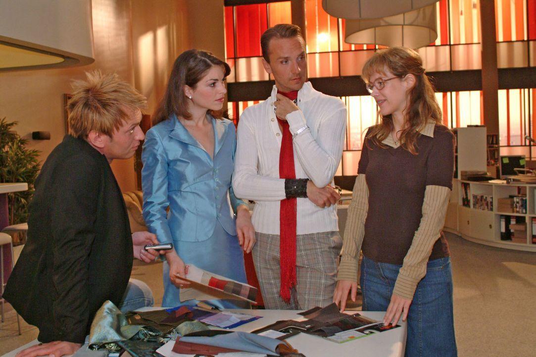 Zum Erstaunen von Hugo (Hubertus Regout, 2.v.r.) und Mariella (Bianca Hein, 2.v.l.) macht Lisa (Alexandra Neldel, r.) dem Fotografen Marc (Jean-Marc... - Bildquelle: Monika Schürle SAT.1 / Monika Schürle