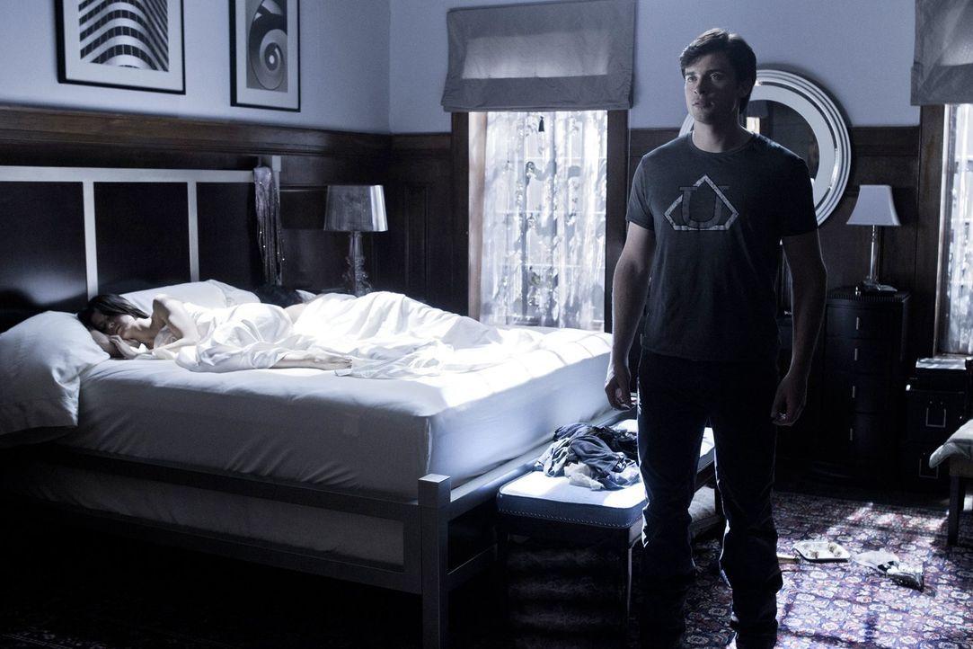 Durch einen Unfall mit einem Artefakt befindet sich Clark (Tom Welling, r.) in einem Paralleluniversum, indem er von den Luthors gefunden wurde ... - Bildquelle: Warner Bros.