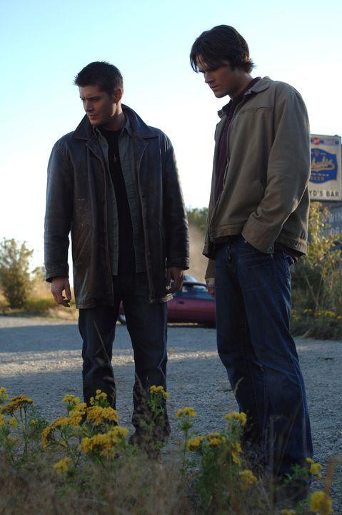 An der Kreuzung vor einer Bar glauben Sam (Jared Padalecki, r.) und Dean (Jensen Ackles, l.), weitere Hinweise entdeckt zu haben ... - Bildquelle: Warner Bros. Television