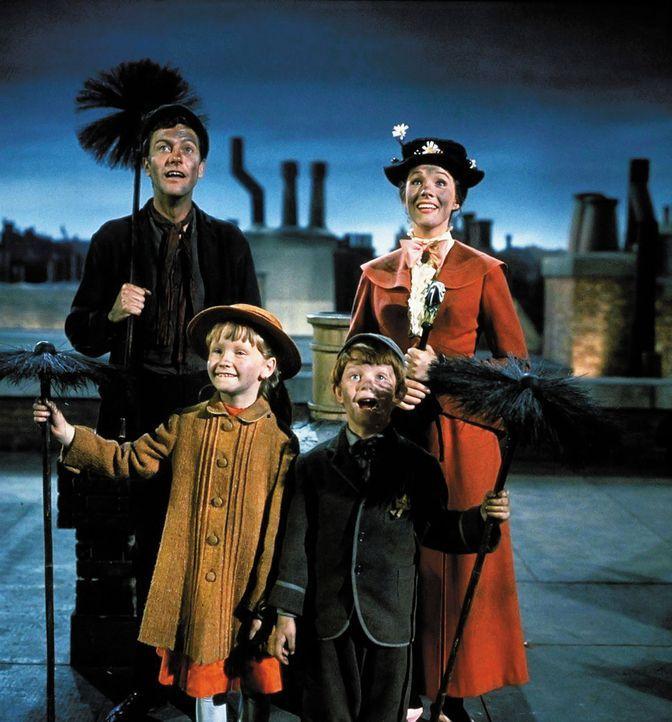 Bei den gemeinsamen Tagesausflügen mit Kindermädchen Mary Poppins (Julie Andrews, r.) lernen Jane (Karen Dotrice, 2.v.l.) und Michael (Matthew Garbe... - Bildquelle: Walt Disney Company. All Rights Reserved.