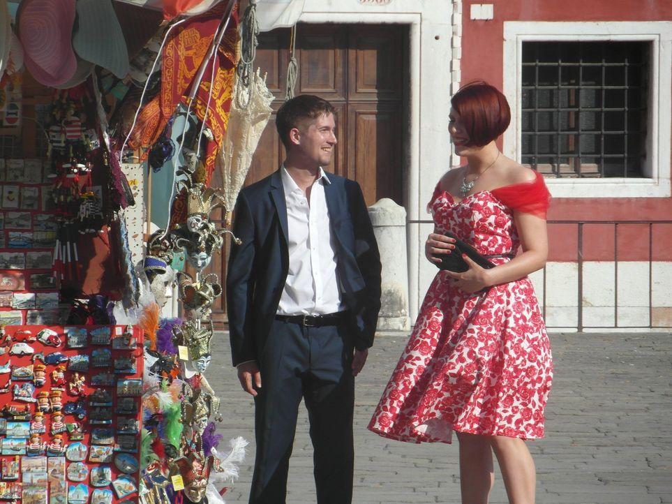 Wird es Kate (r.) gelingen, mit Hilfe der Tipps von Gok Wan, ein erfolgreiches Date zu verleben? - Bildquelle: Warner Bros. Entertainment, Inc.