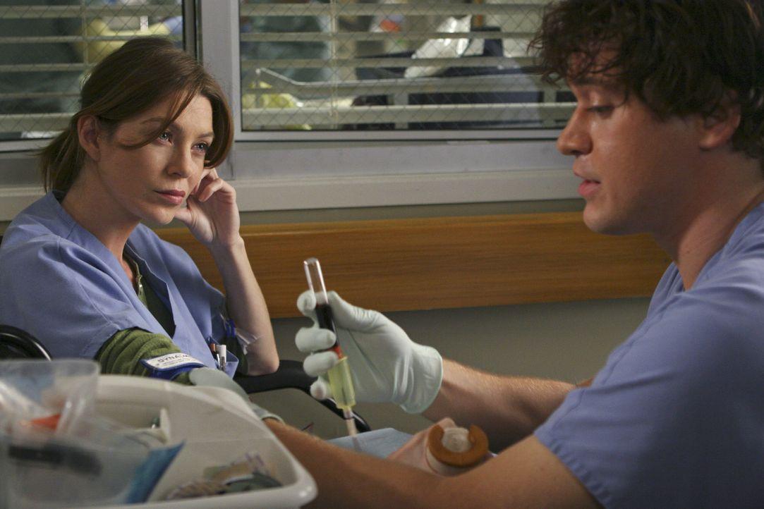 Da Meredith (Ellen Pompeo, l.) in der Bar bereits zuviel getrunken hat, versucht George (T.R. Knight, r.), sie mit einer Infusion wieder zu ernüchte... - Bildquelle: Touchstone Television