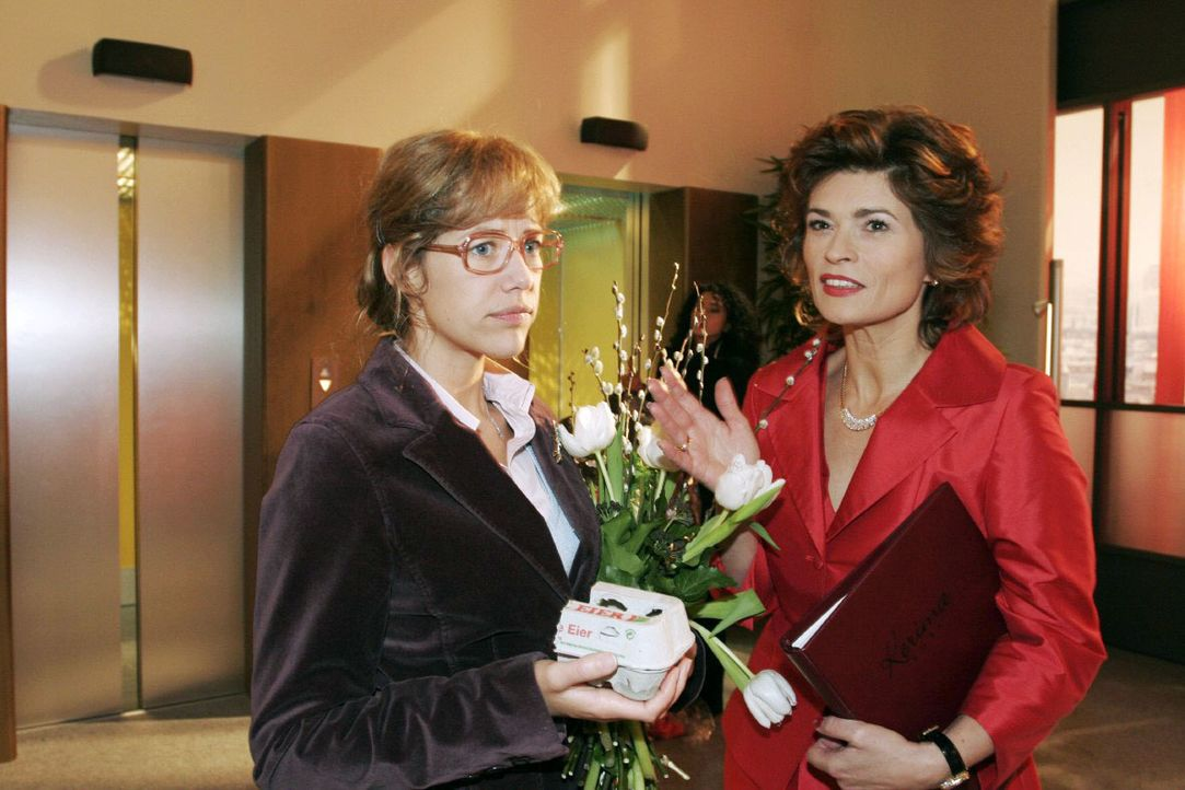 Scheinheilig wiegt Sophie (Gabrielle Scharnitzky, r.) Lisa (Alexandra Neldel, l.) bezüglich ihres TV-Porträts, das am Abend ausgestrahlt werden soll... - Bildquelle: Noreen Flynn SAT.1 / Noreen Flynn