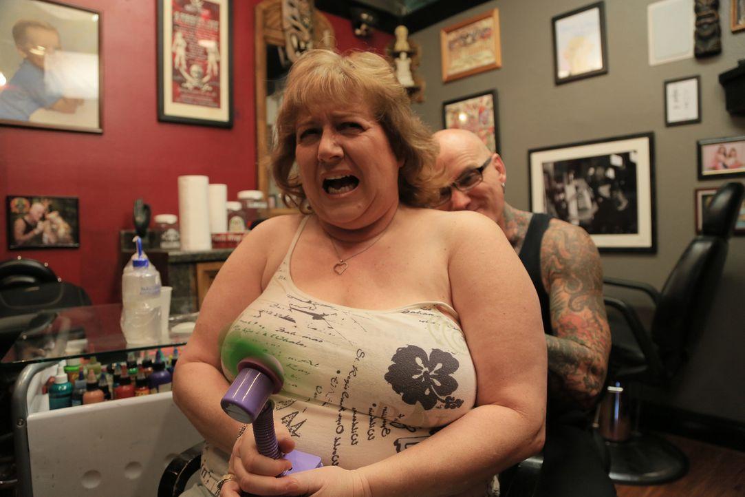 Kundin Wendy (vorne) ist sich noch nicht so ganz sicher, ob sie Tattoo-Experte Dirk (Hinten) trauen kann ... - Bildquelle: 2013 A+E Networks, LLC