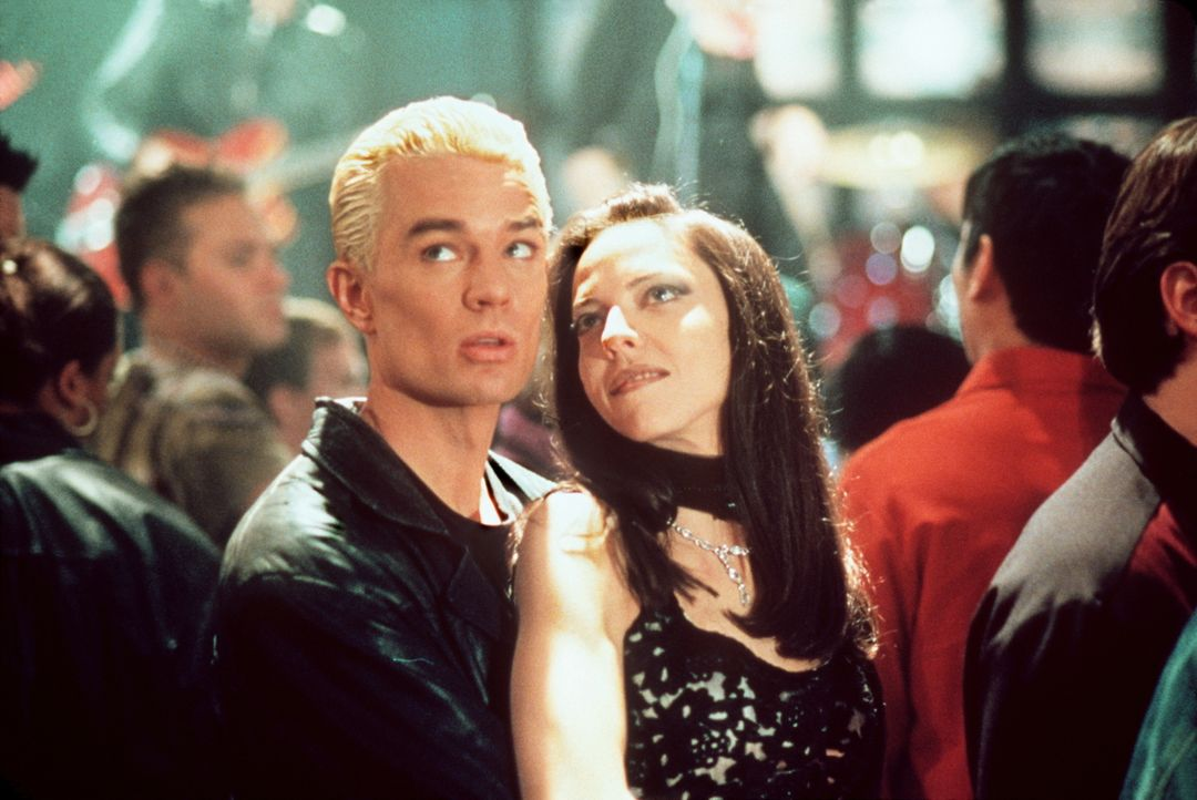 Drusilla (Juliet Landau, r.) und Spike (James Marsters) machen die Nacht zum Tag. - Bildquelle: TM +   2000 Twentieth Century Fox Film Corporation. All Rights Reserved.