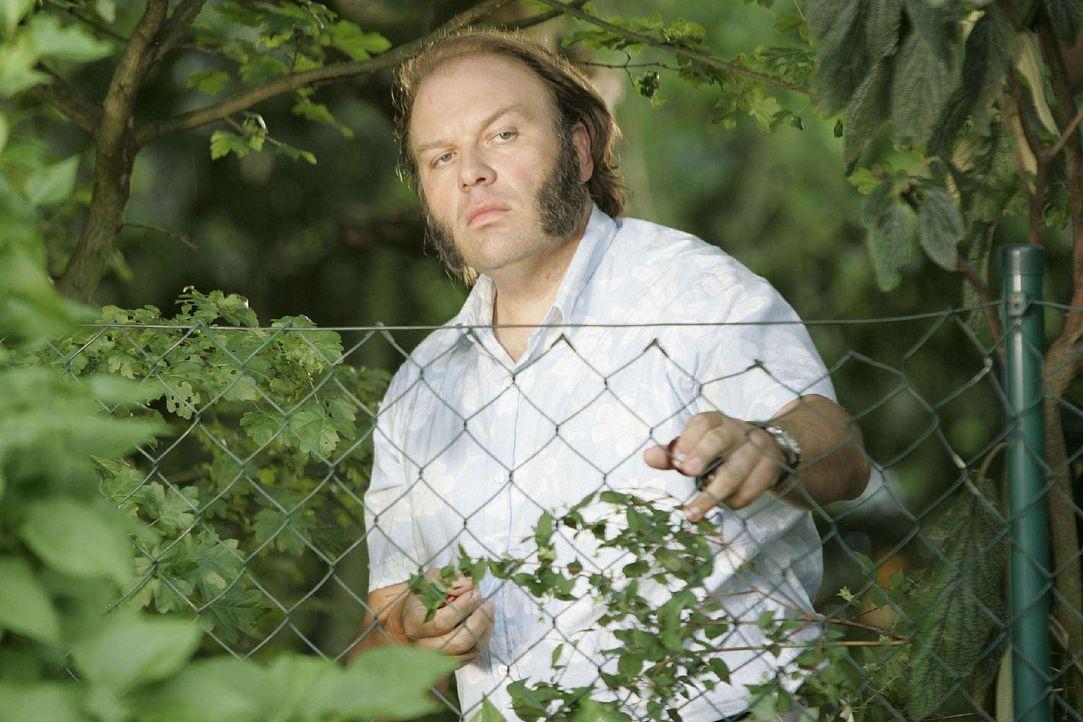 Nachbar Dehler (Waldemar Kobus) lag mit Eddy Klemm wegen der ständigen Rasenmäherei häufig im Clinch - aber ist das schon ein Mordmotiv? - Bildquelle: Sat.1