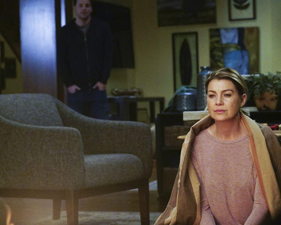 Meredith (Ellen Pompeo, r.) hat noch immer Probleme, mit dem Tod von der Derek zurecht zu kommen. Alex (Justin Chambers, l.) steht ihr jedoch zu Sei... - Bildquelle: Richard Cartwright ABC Studios