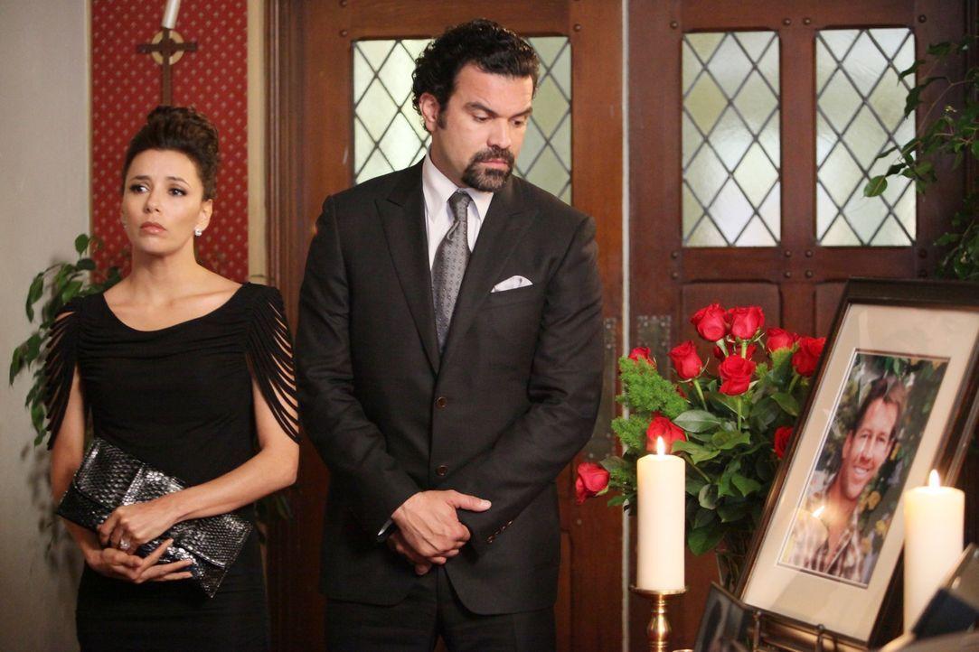 Sind schockiert von Mikes Tod: Gabrielle (Eva Longoria, l.) und Carlos (Ricardo Antonio Chavira, r.) ... - Bildquelle: ABC Studios