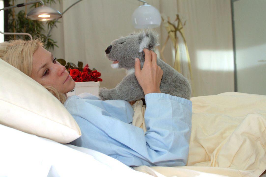 Sabrina (Nina Friedrike-Gnädig) leidet sehr darunter, dass sie ihr Kind verloren hat und fühlt sich allein gelassen. - Bildquelle: Monika Schürle Sat.1