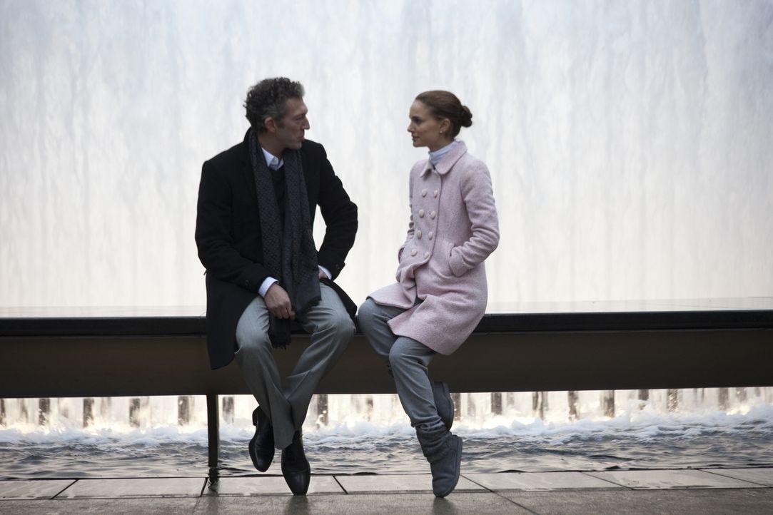 Als der Ballettdirektor Thomas Leroy (Vincent Cassel, l.) seinen bisherigen Star verstößt, bestimmt er die junge, aufstrebende Ballerina Nina (Natal... - Bildquelle: 20th Century Fox