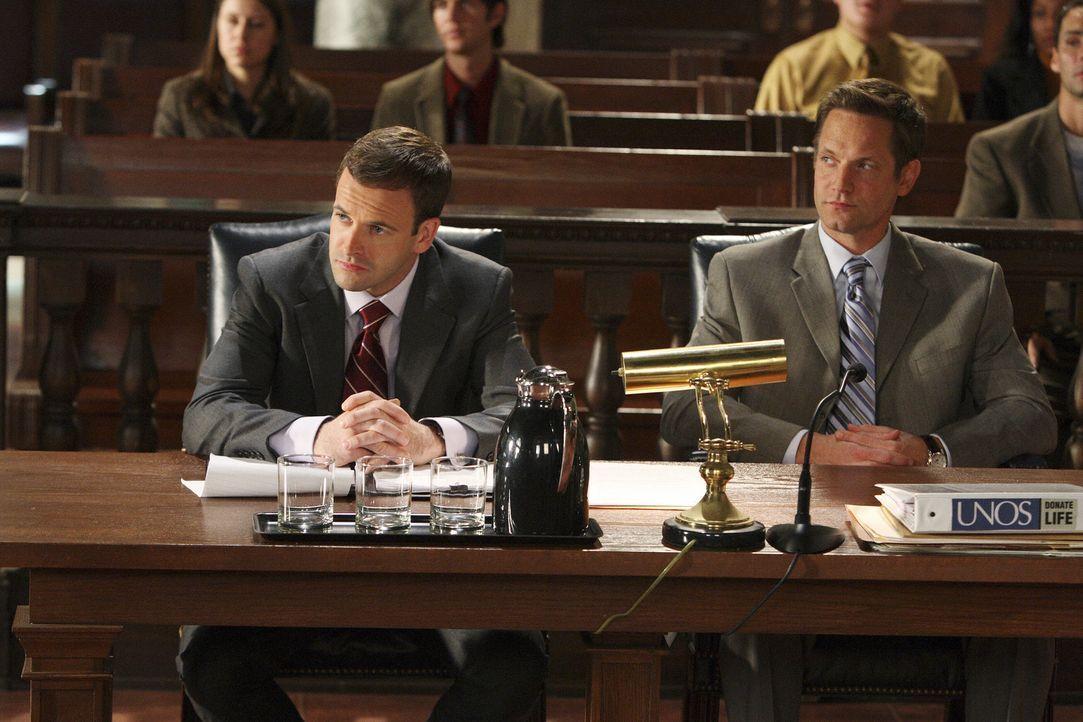 Kein einfacher Fall: Diesmal muss Eli (Jonny Lee Miller, l.) seinen Bruder Nathan (Matthew Letscher, r.) vor Gericht vertreten ... - Bildquelle: Disney - ABC International Television
