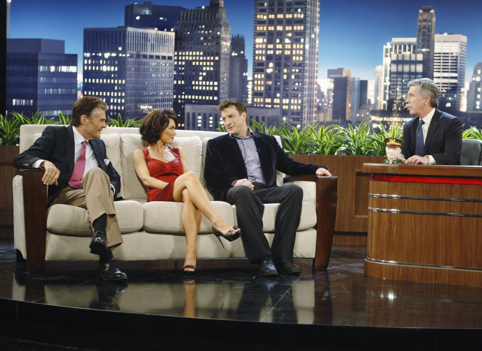 Hank McPhee (Fred Willard, l.), Ellie Monroe (Kelly Carlson, 2.v.l.) und Richard Castle (Nathan Fillion, 2.v.r.) sind zu Gast in der Late-Night-Show... - Bildquelle: ABC Studios