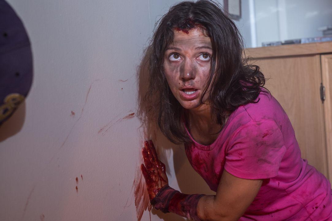 Als Daling Collier (Ashlee Erron) dem Nachbarsjungen die Tür öffnet, ahnt sie nicht, dass dieser sie ausrauben, vergewaltigen und einsperren wird. D... - Bildquelle: Darren Goldstein Cineflix 2015