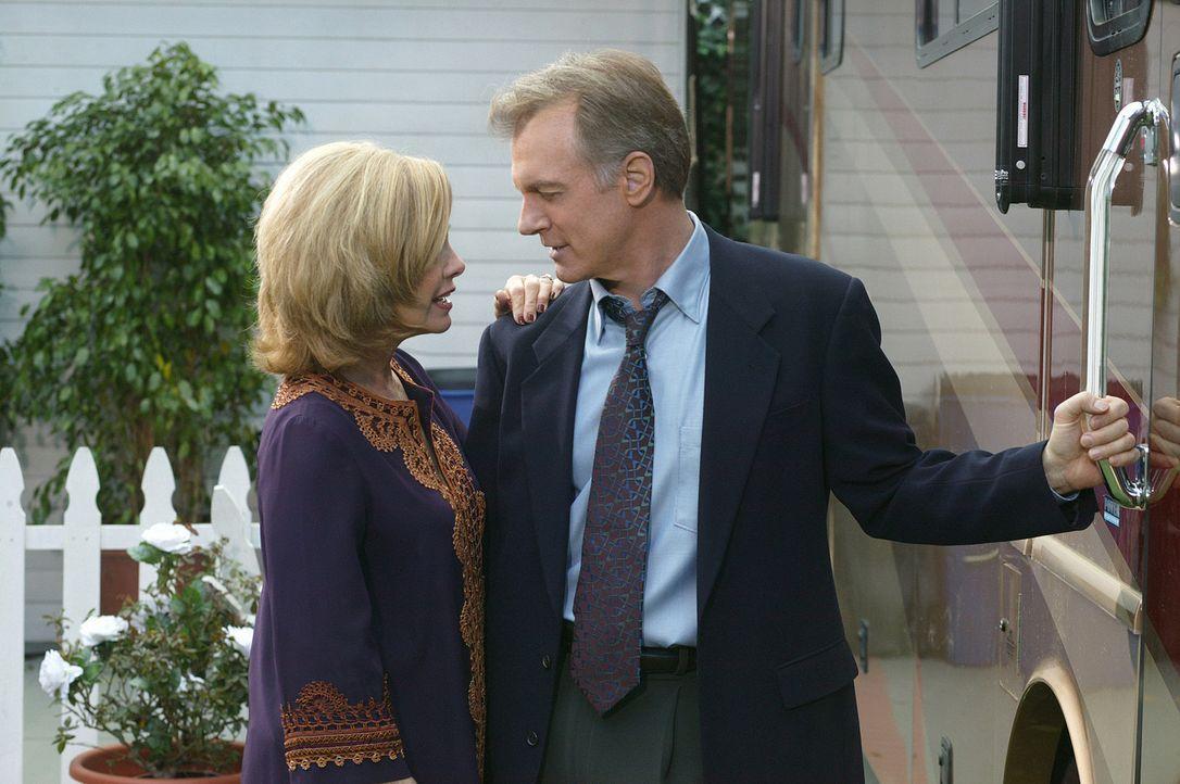 Annie (Catherine Hicks, l.) ist überglücklich, dass ihr Mann Eric (Stephen Collins, r.) wie durch ein Wunder von seiner Herzkrankheit geheilt ist... - Bildquelle: The WB Television Network