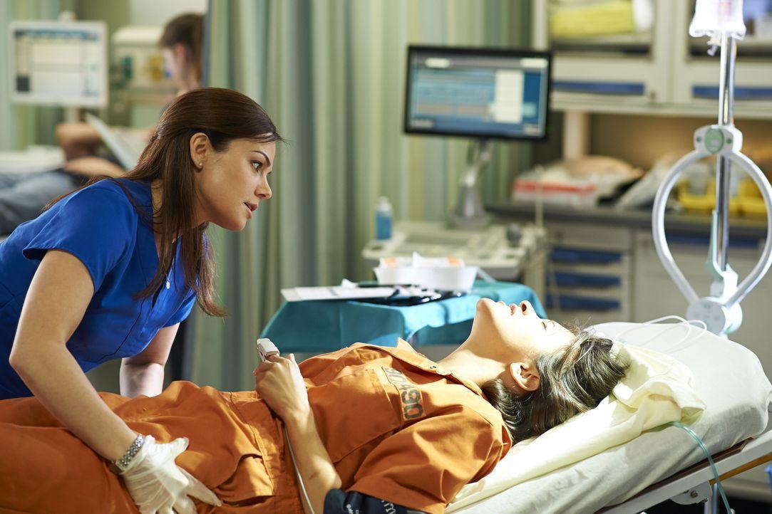 Alex (Erica Durance, l.) wird zu der Verbündeten von Lily (Dayle McLeod, r.) und das, obwohl diese eine aggressive Gefängnisinsassin ist ... - Bildquelle: 2013  Hope Zee Two Inc.