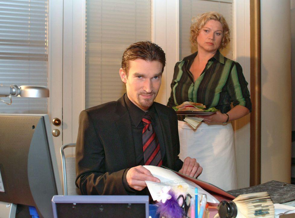 Richard (Karim Köster, l.) wird von Agnes (Susanne Szell, r.) beobachtet, wie er in Lisas Abwesenheit ihren Schreibtisch durchsucht. Sie ahnt, dass... - Bildquelle: Monika Schürle SAT.1 / Monika Schürle