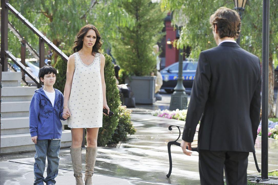 Als der Geist von Seth (Michael Graziadei, r.) plötzlich vor Melinda (Jennifer Love Hewitt, M.) und Aiden (Connor Gibbs, l.) steht, hält Melinda ihn... - Bildquelle: ABC Studios