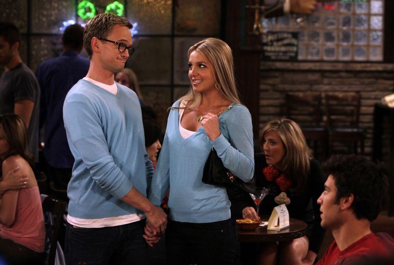 Barney (Neil Patrick Harris, l.) ist seiner Rächerin auf der Spur, die ihm in letzter Zeit seine Aufreißtour verdorben hat - es ist Abby (Britney Sp... - Bildquelle: 20th Century Fox International Television