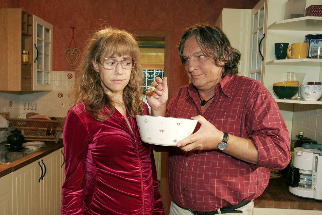 Lisa (Alexandra Neldel, l.) versucht dem verlockenden Angebot ihres Vaters (Volker Herold, r.) zu widerstehen - sie will sich an ihre Diät halten. (... - Bildquelle: Monika Schürle SAT.1 / Monika Schürle