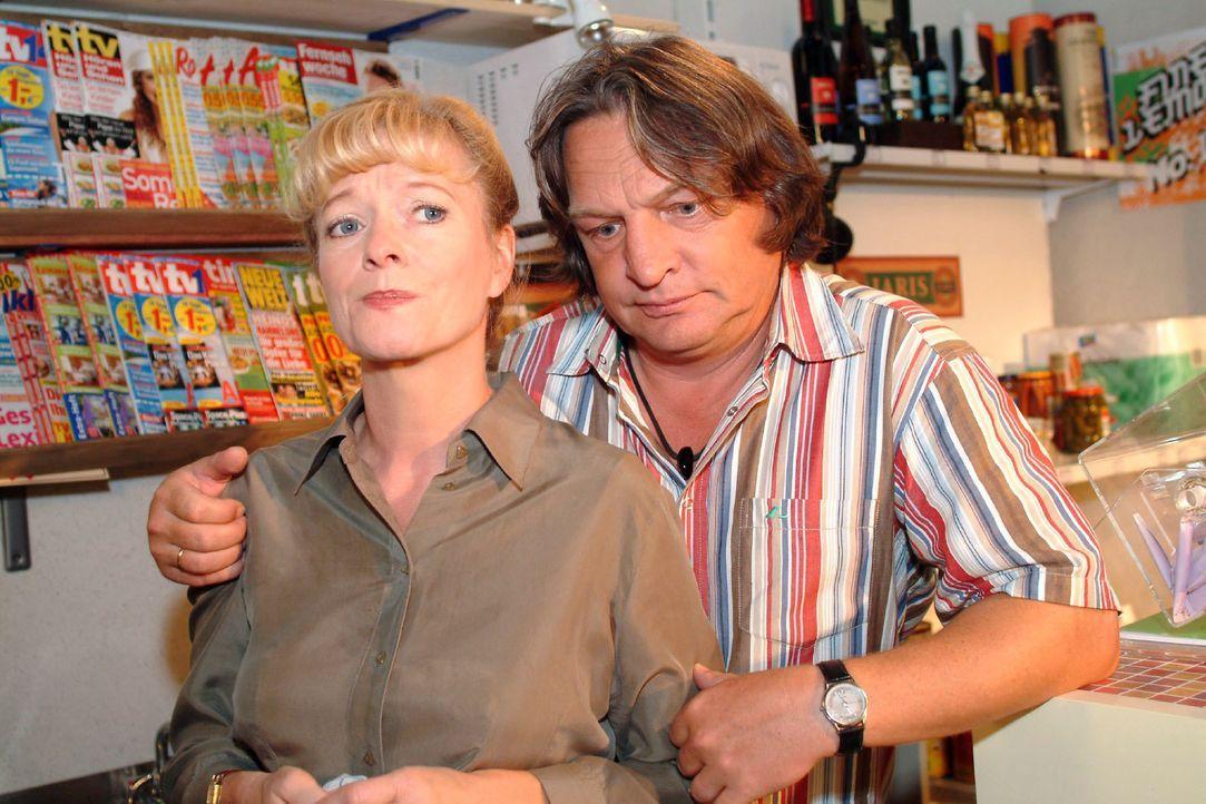Bernd (Volker Herold, r.) bittet Helga (Ulrike Mai, l.) um Verzeihung, weil er geglaubt hat, dass sie ihn auf dem Turnier vor den Seidels blamiert h... - Bildquelle: Monika Schürle SAT.1 / Monika Schürle