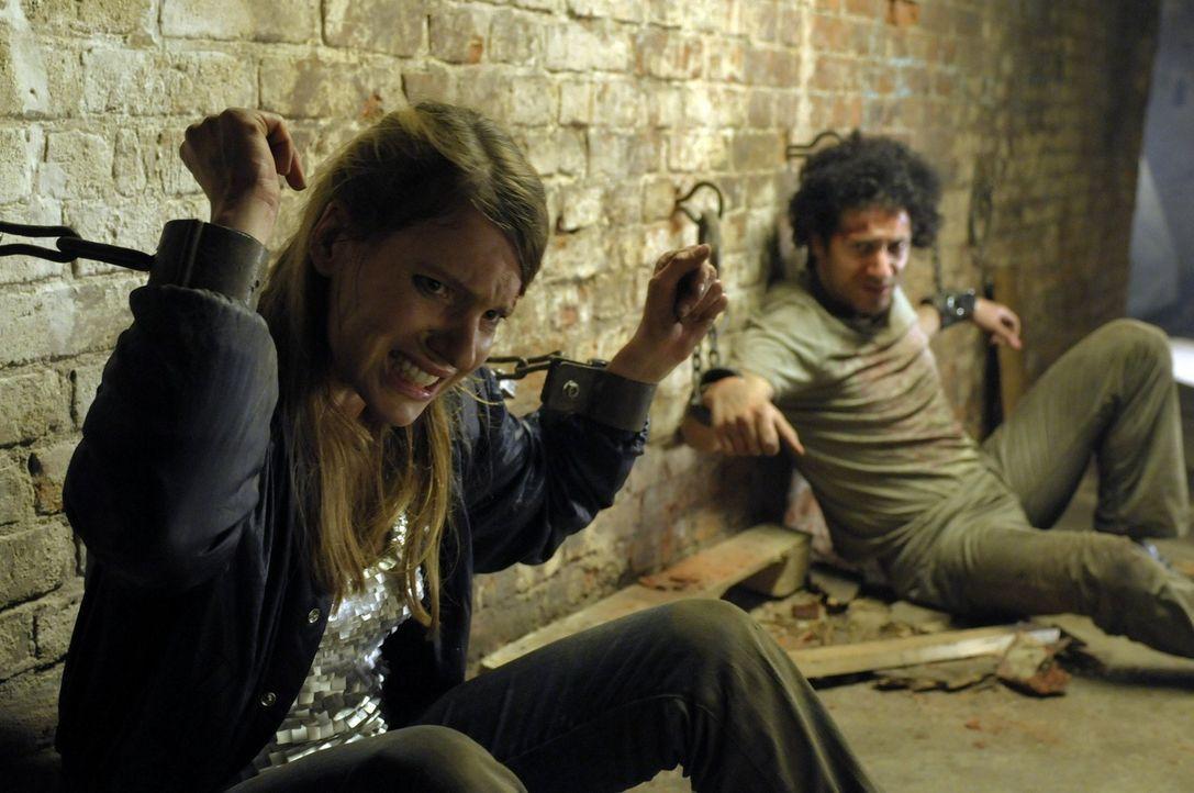Verzweifelt versucht Tim, seine Freunde Mike (Fahri Ogün Yardim, r.) und Jenny (Anna Warntjen, l.) aus den Fängen des Fratzenschneiders zu befreie... - Bildquelle: Katrin Knoke ProSieben