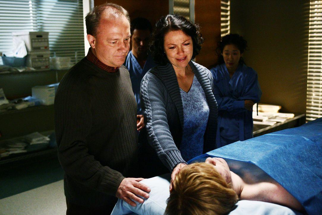 Alex (Justin Chambers, 2.v.l.) und Cristina (Sandra Oh, r.) beobachten wie Mr. (David Grant Wright, l.) und Mrs. Burton (Deborah Geffner, 2.v.r.) Ab... - Bildquelle: Touchstone Television