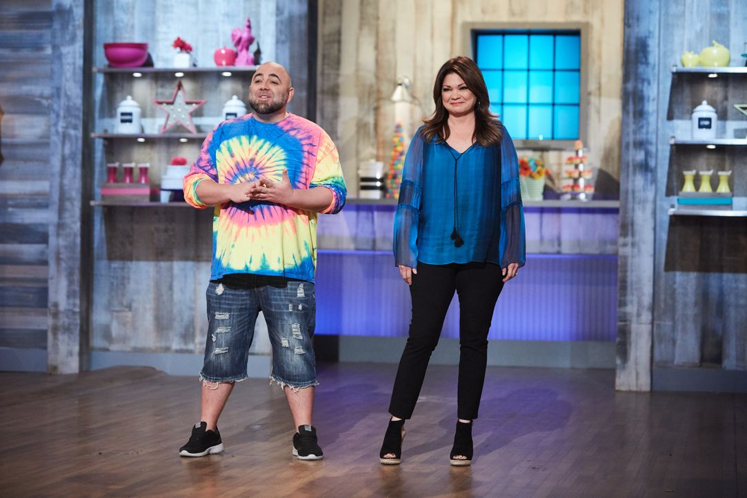 (v.l.n.r.) Duff Goldman; Valerie Bertinelli - Bildquelle: Patrick Wymore 2016, Television Food Network, G.P. All Rights Reserved. / Patrick Wymore