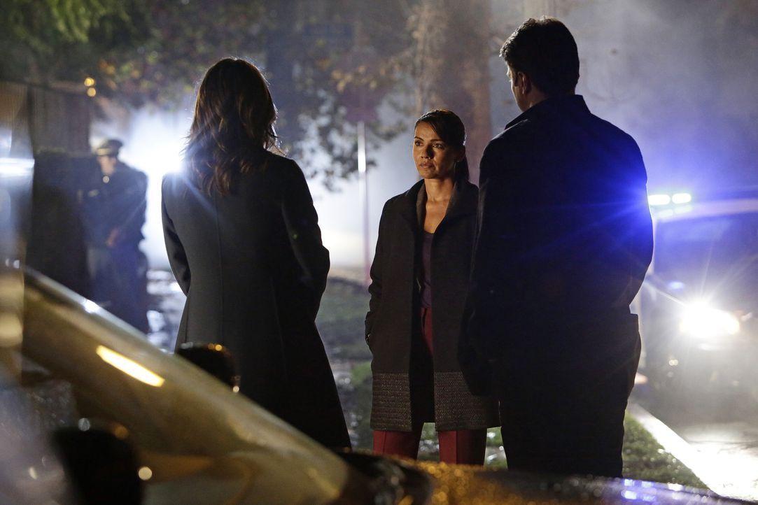 Als seine alte Freundin Eva ermordet wird, möchte Castle (Nathan Fillion, r.) selbst ermitteln. Doch Kate (Stana Katic, l.) muss ihn bei der misstra... - Bildquelle: ABC Studios