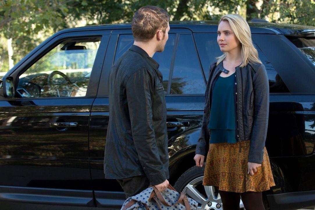 Um Cami (Leah Pipes, r.) vor der Rache seines Bruders zu schützen, bringt Klaus (Joseph Morgan, l.) sie in ein angeblich sicheres Haus ... - Bildquelle: Warner Bros. Television