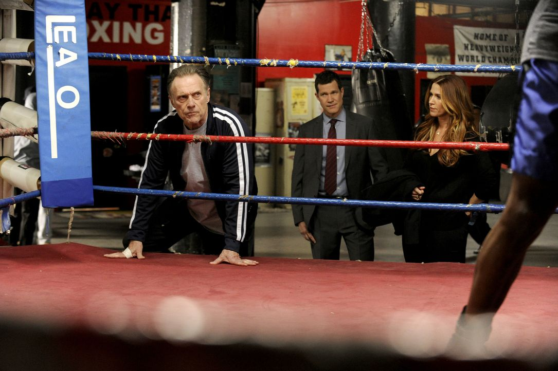 Um den Mord an Boxchampion Johnny D'Amato aufzuklären, müssen Carrie (Poppy Montgomery, r.) und Al (Dylan Walsh, M.) in alle Richtungen ermitteln -... - Bildquelle: 2014 Broadcasting Inc. All Rights Reserved.