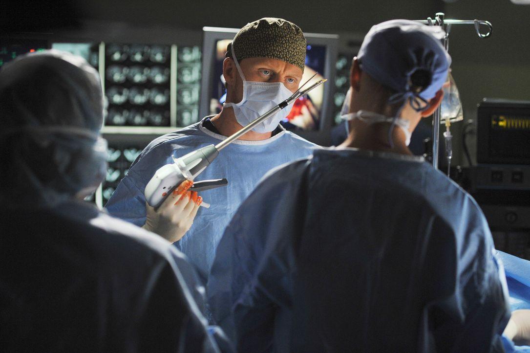 Mit seinen unorthodoxen Methoden macht sich Owen Hunt (Kevin McKidd, M.) äußerst unbeliebt bei seinen Kollegen ... - Bildquelle: Touchstone Television