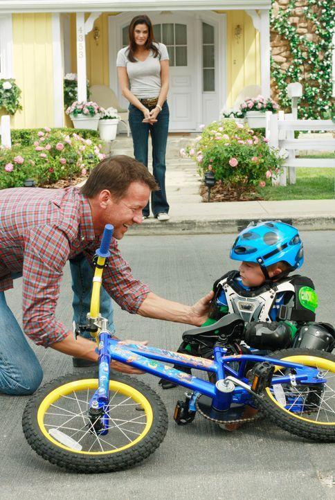 In der kurzen Zeit, in der er da ist, versucht er seinem Sohn (Mason Vale Cotton, r.) das Fahrradfahren beizubringen, doch ganz gelingt es Mike (Jam... - Bildquelle: ABC Studios