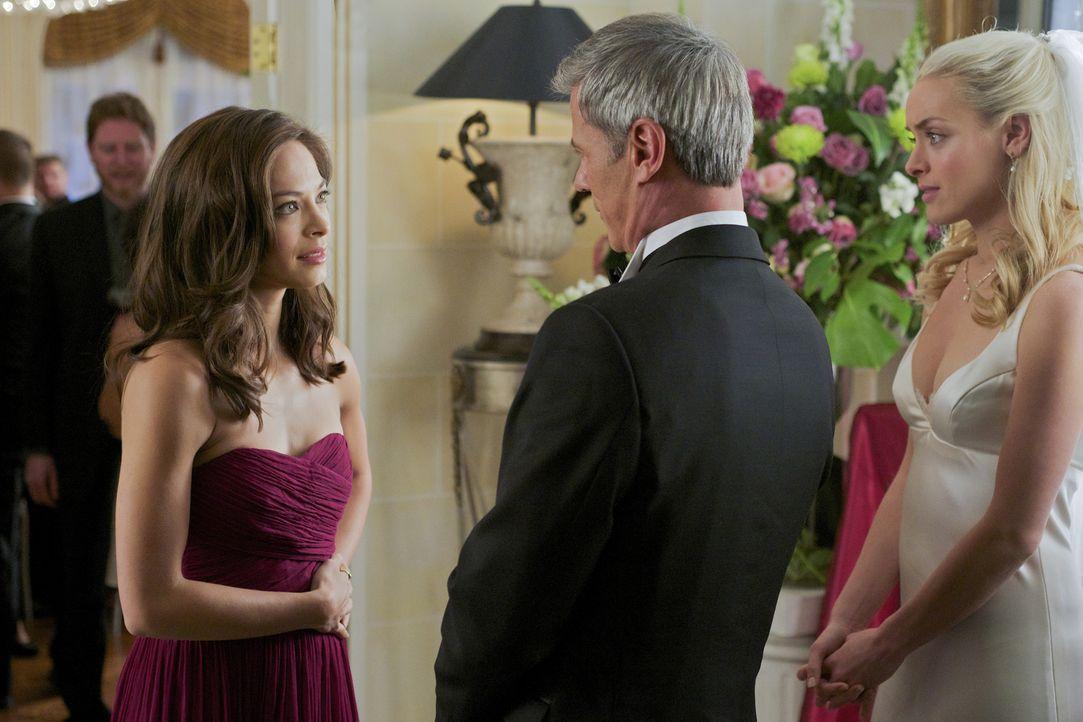Thomas (Rob Stewart, M.) und Brooke (Rachel Skarsten, r.) bedanken sich bei Catherine (Kristin Kreuk, l.), die eine rührende Rede gehalten hat ... - Bildquelle: 2012 The CW Network, LLC. All rights reserved.