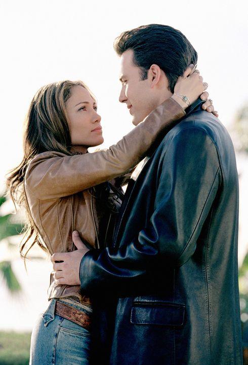 Bei der Zusammenarbeit kommen sich Gigli (Ben Affleck, r.) und Ricki (Jennifer Lopez, l.) allmählich näher, was sich für den Coup zunächst als k... - Bildquelle: 2004 Sony Pictures Television International. All Rights Reserved.