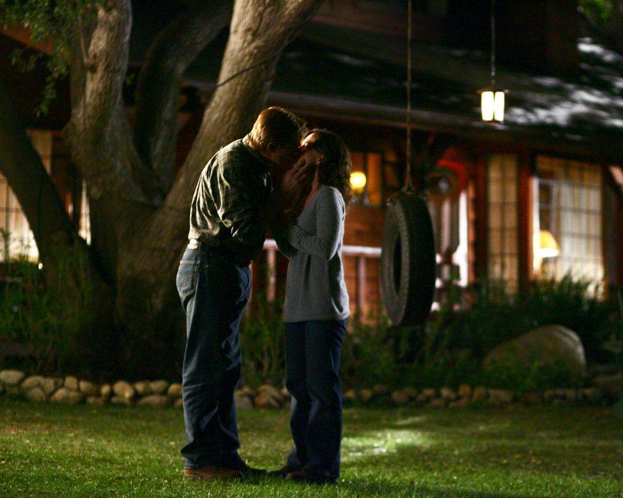 Zwischen Nora (Sally Field, r.) und David (Treat Williams, l.) funkt es ... - Bildquelle: Disney - ABC International Television
