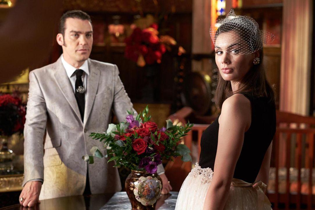 Während sich Liam an Ted für den Mord an seinen Vater rächen möchte, geht König Cyrus (Jake Maskall, l.) die Ehe mit Prudence (Poppy Corby-Tuech, r.... - Bildquelle: 2015 E! Entertainment Media LLC/Lions Gate Television Inc.
