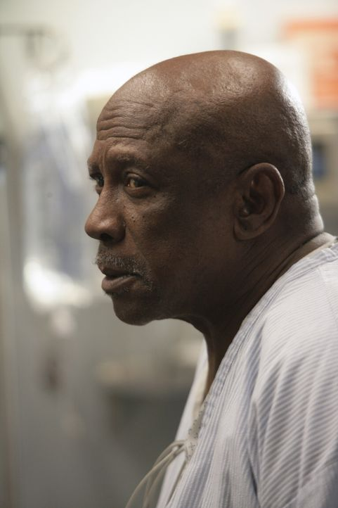 Tony behandelt Leo Malcolm (Louis Gossett, Jr.), der sich gegen die Behandlung sträubt, da dies seinen sicheren Tod nur weiter hinauszögert ... - Bildquelle: Warner Bros. Television