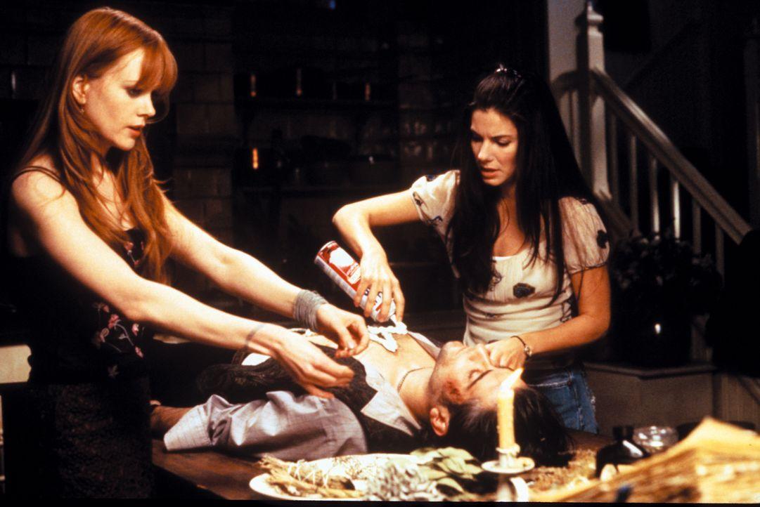 Sally (Sandra Bullock, r.) und Gillian Owens (Nicole Kidman, l.) sind alles andere als normale junge Frauen. Als Abkömmlinge eines uralten Hexengesc... - Bildquelle: Warner Brothers