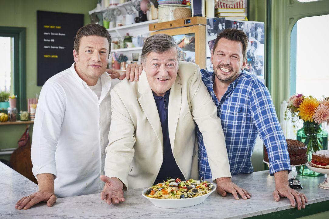 (v.l.n.r.) Jamie Oliver; Stephen Fry; Jimmy Doherty - Bildquelle: Steve Ryan Jamie Oliver Productions, 2018 / Steve Ryan