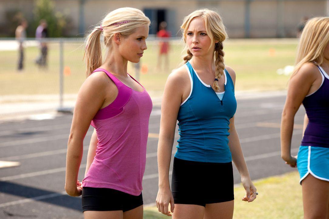 Caroline Forbes (Candice Accola, r.) ist gar nicht begeistert als Rebekah (Claire Holt, l.) plötzlich auftaucht ... - Bildquelle: Warner Bros. Television