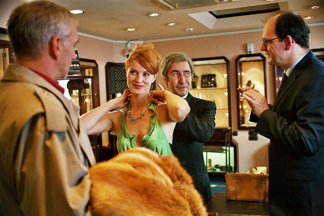 Sandra (Esther Schweins, 2.v.l.) und René (Dieter Landuris, 2.v.r.) wollen bei Kommissar Breuer (Gerhard Naujoks, l.) die Diamanten tauschen. - Bildquelle: Sat.1
