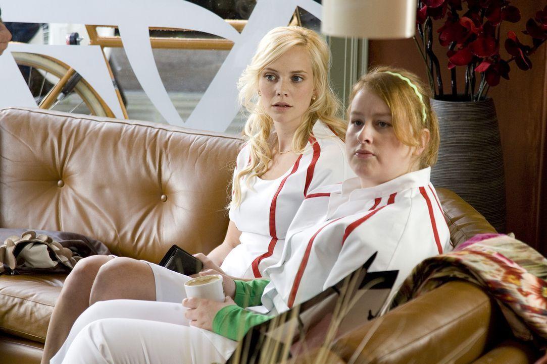 Nienke (Eva van der Gucht, r.) kann nicht glauben, dass Fatima (Bracha van Doesburgh, l.) ihrem Ex-Freund die Geldbörse geklaut hat. - Bildquelle: SBS/Elvin