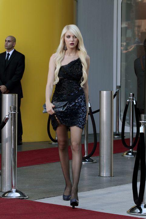 Jenny (Taylor Momsen) kehrt für einen Tag zurück nach New York, sie hat ein wichtiges Gespräch bei dem Modezaren Tim Gunn. - Bildquelle: Warner Bros. Television