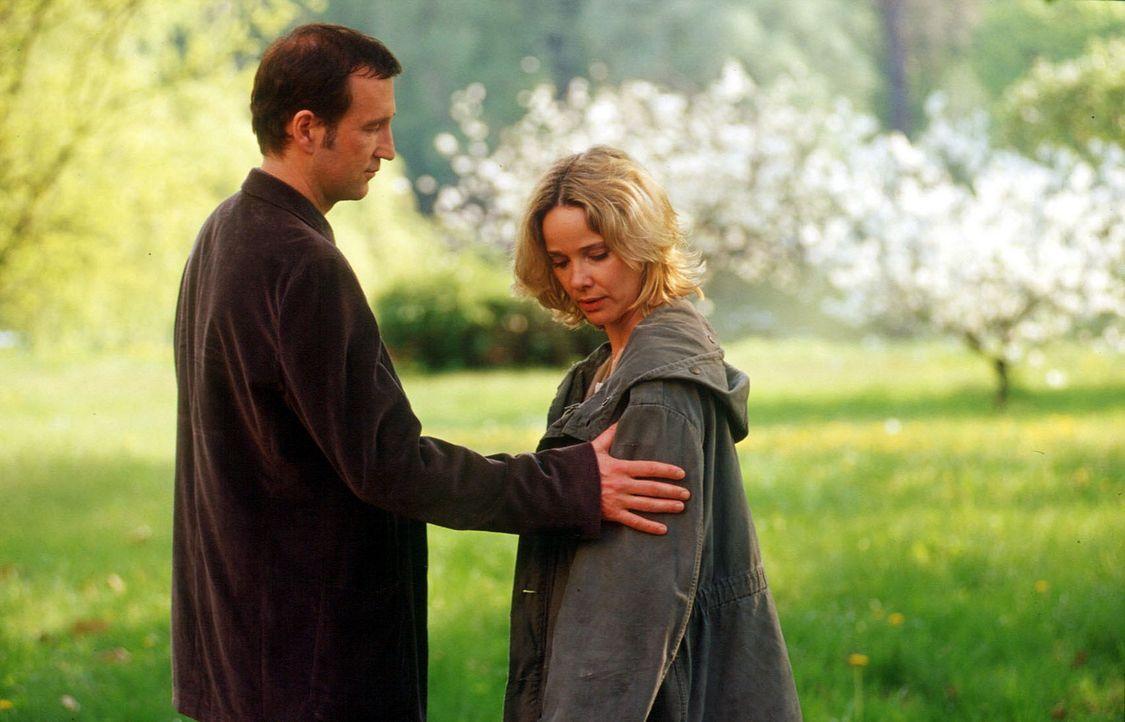 Michelle Eisner (Ann-Kathrin Kramer, r.) fühlt sich immer mehr von Thomas (Peter Lohmeyer, l.) angezogen. Wie lange wird sie ihm noch widerstehen k... - Bildquelle: SAT.1