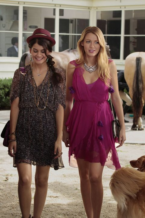 Während Georgina Dan ermutigt, jemanden zu daten, der sein Image aufpolieren kann, gehen Serena (Blake Lively, r.) und Sage (Sofia Black-D'Elia, l.)... - Bildquelle: Warner Brothers