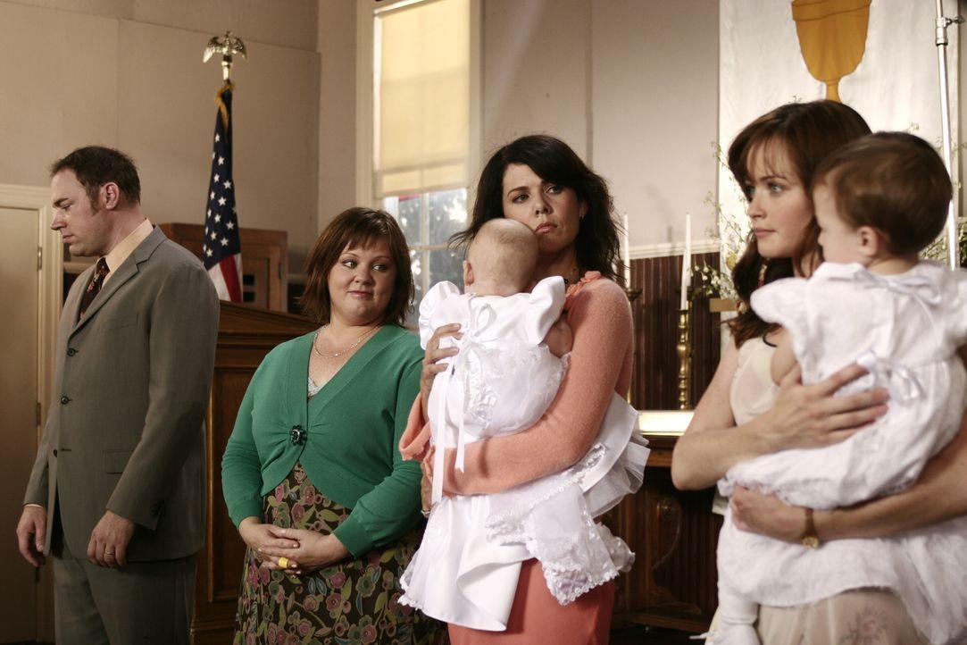 Sookies (Melissa McCarthy, 2.v.l.) Plan, Lorelai (Lauren Graham, 3.v.l.) und Rory (Alexis Bledel, r.) wieder zusammenzubringen, scheint ordentlich i... - Bildquelle: Copyright Warner Brother International Television.
