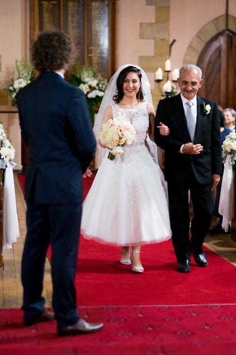 Als die Libanesin Alene (M.) ihrem Simon (l.) zum ersten Mal vor dem Altar begegnet, befürchtet sie, dass ihre Kultur zu viel für ihn sein könnte ..... - Bildquelle: ENDEMOLSHINE AUSTRALIA AND CHANNEL NINE