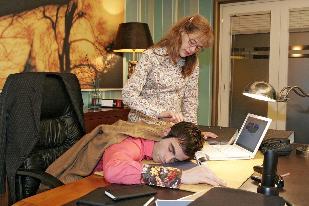 Lisa (Alexandra Neldel, r.) ist überrascht, als sie David (Mathis Künzler, l.) schlafend im Büro vorfindet. Ganz zaghaft streckt sie ihre Hand nach... - Bildquelle: Noreen Flynn SAT.1 / Noreen Flynn