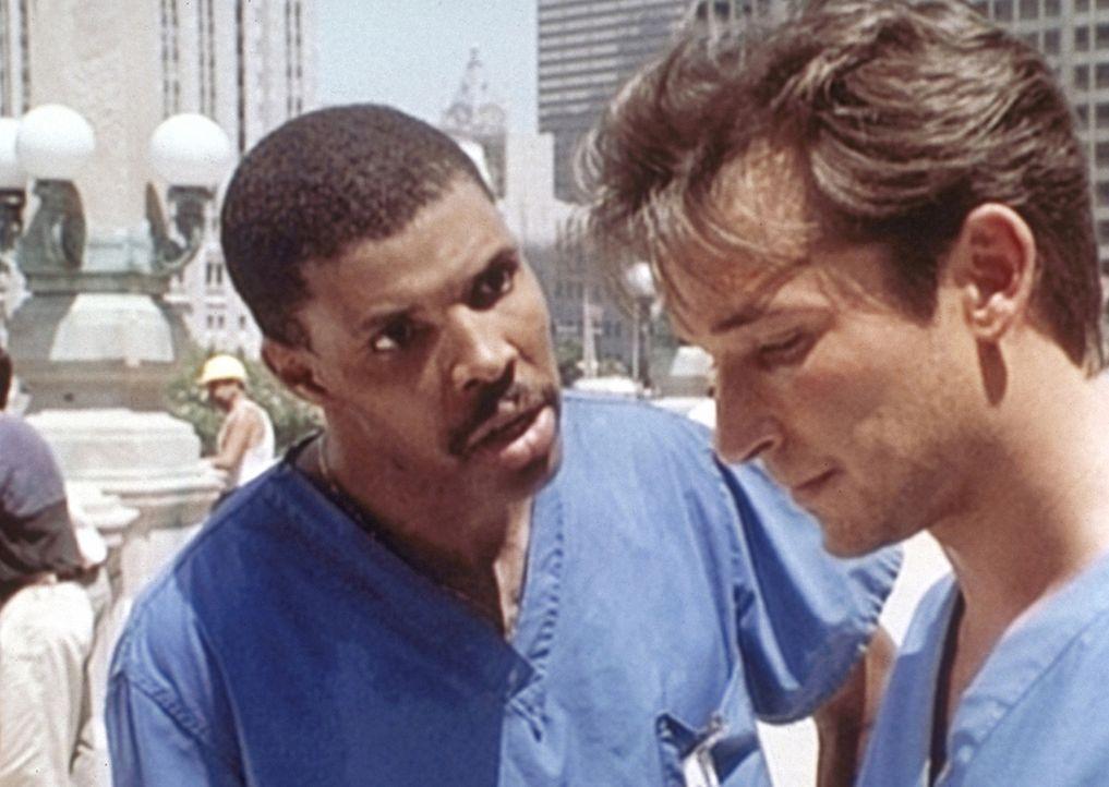 Carter (Noah Wyle, r.) tritt sein zweites Jahr in der Notaufnahme an - und macht sich gleich bei Dr. Benton (Eric LaSalle, l.) unbeliebt ... - Bildquelle: TM+  WARNER BROS.